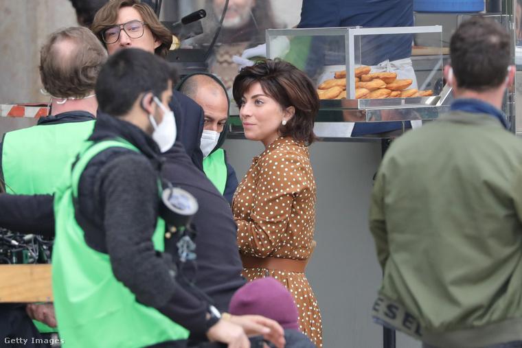 Nemrég rácsodálkoztunk Lady Gagára, hogy mennyire nem hasonlít szokásos önmagára, mióta a Gucci-filmet forgatja Olaszországban.Azóta érkezett számtalan forgatási kép, úgyhogy jöjjenek velünk, tekintsék meg a most éppen színésznői mivoltában elfoglalt énekesnőt a munkahelyén!