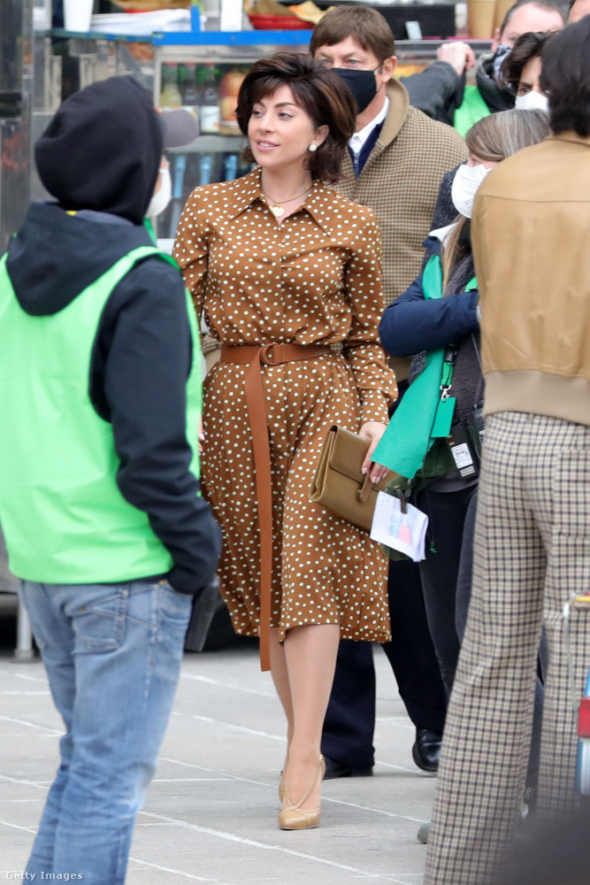 Íme, a dolgára siető Gaga szemből...