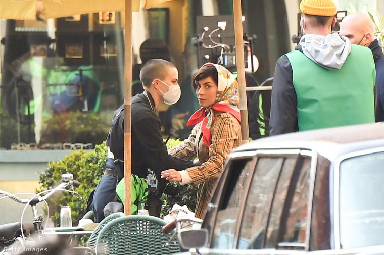 A színészeken kívül mindenki maszkban dolgozik a forgatáson, ez a nő alighanem a Gaga öltöztetéséért felelős szakemberek egyike, mert hosszasan igazgatta az övét.