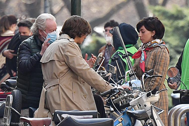 Ugyanaz a frizura, ugyanazok a szereplők másutt: Ridley Scott rendező instruál.
