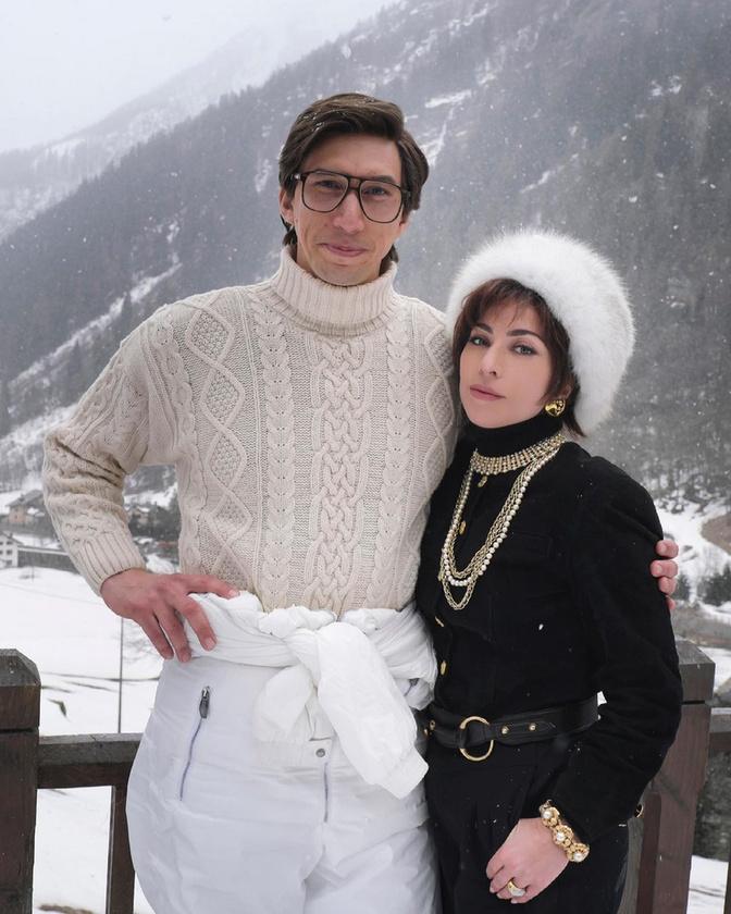 Gucci úr és úrhölgy - írta ez alá a fotó alá a Gaga az Instagramján, az időutazásnak beillő kép pedig sokakat mémesítésre ihletett(igaz, elenyésző sikerrel).Volt, aki azonnal a szülőktől kapott, üdülős üdvözletekre asszociált, mások Driver fehér pulóverébe szerelmesedtek bele.