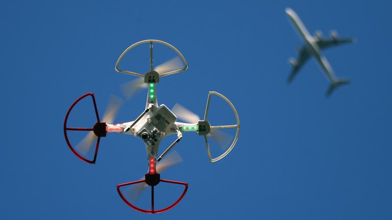 Több százezerre büntettek egy drónt reptető nőt