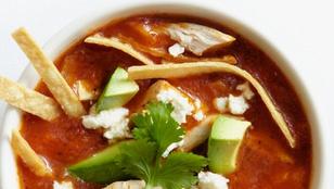 Fűszeres, mexikói csirkeleves babbal, csirkével és egy kevés lime-mal
