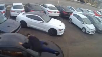 Az eladóval együtt vitte el a BMW-t a tolvaj