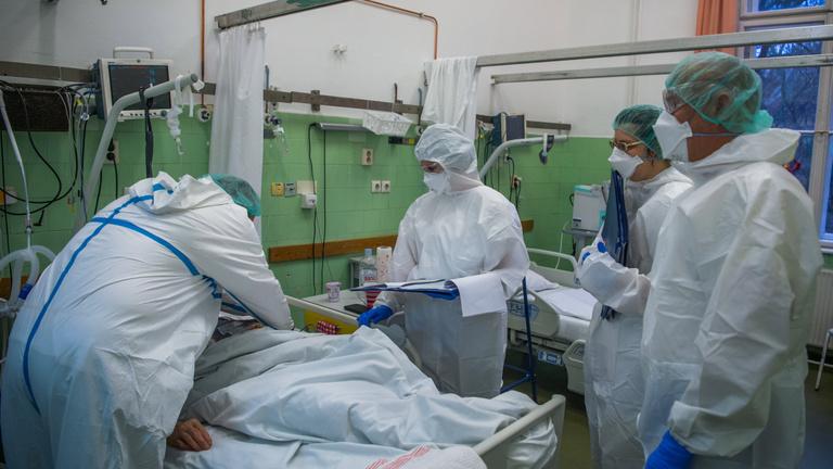 Letarolja az országot a járvány, sosem volt még ennyi új fertőzött