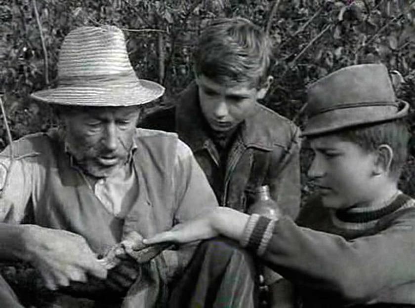 Bánhidi László Matula bácsi, Seregi Zoltán Tutajos és Barabás Tibor Bütyök szerepében a Tüskevár című televíziós filmsorozat egyik jelenetében.