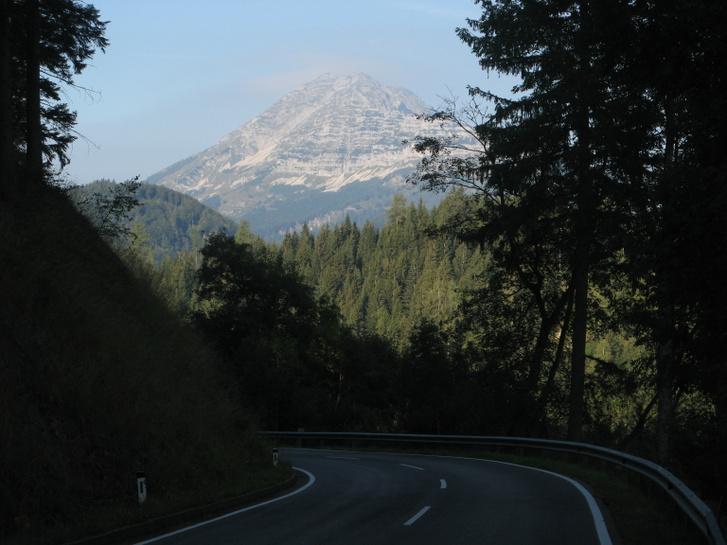Egy kanyarban feltűnik az Ötscher csúcsa