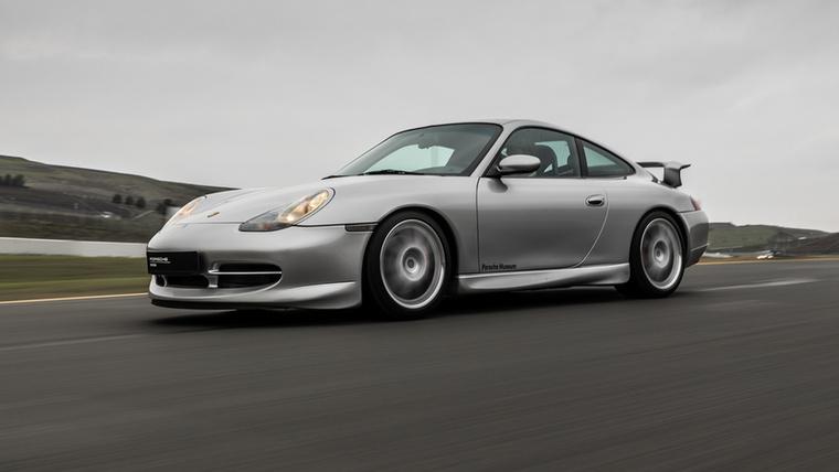 Ha valamiről biztosan lehetett beszélni a 2000-es évek hajnalán, akkor az az első vízhűtéses Porsche 911 és a tükörtojás lámpái
