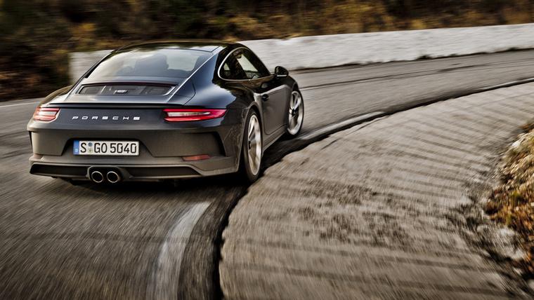 Amíg a 911 R ára az egekbe emelkedett, addig a Porsche felismerte, hogy a purista modell igazából bomba siker, így elkészült a GT3 Touring Package és opcióként a sima GT3-ashoz is elérhető lett a kéziváltó (az amerikai vásárlók 70%-a rá is ment erre a lehetőségre)