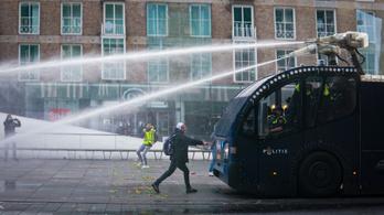Vízágyúval oszlatták a tüntetőket Hágában