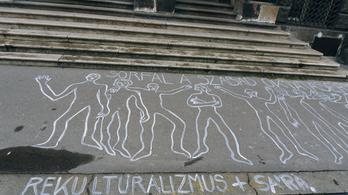 Aszfaltrajzokkal tiltakoznak Budapesten a művészet szabadságának korlátozása ellen