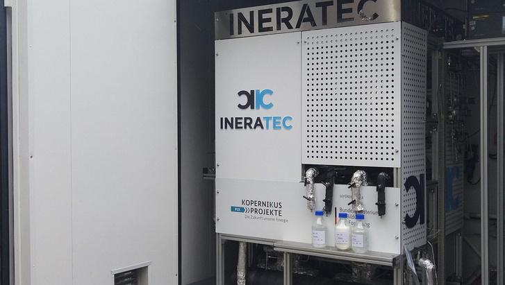 Egy konténerbe épített kísérleti berendezés napi 10 liter szintetikus üzemanyagot állított elő