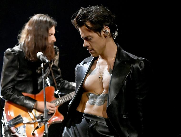 Styles a színpadon bemutatott egy-két olyan tetoválást, amelyeket a Vogue-ban már látni lehetett.