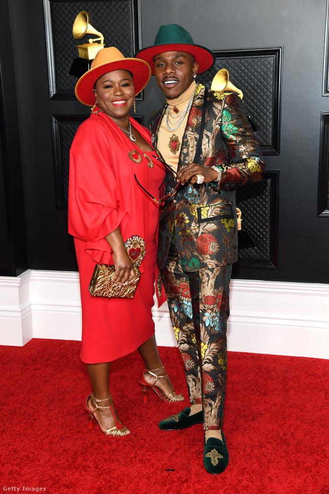 És mielőtt végleg ráfordulnánk a szexi-dögös irányra, hadd mutassuk meg DaBabyt, aki az édesanyja (ki más?) társaságában mutatta meg az idei Grammyn, hogy egy férfinek is érdemes színesen felöltözködnie a vörös szőnyegen.