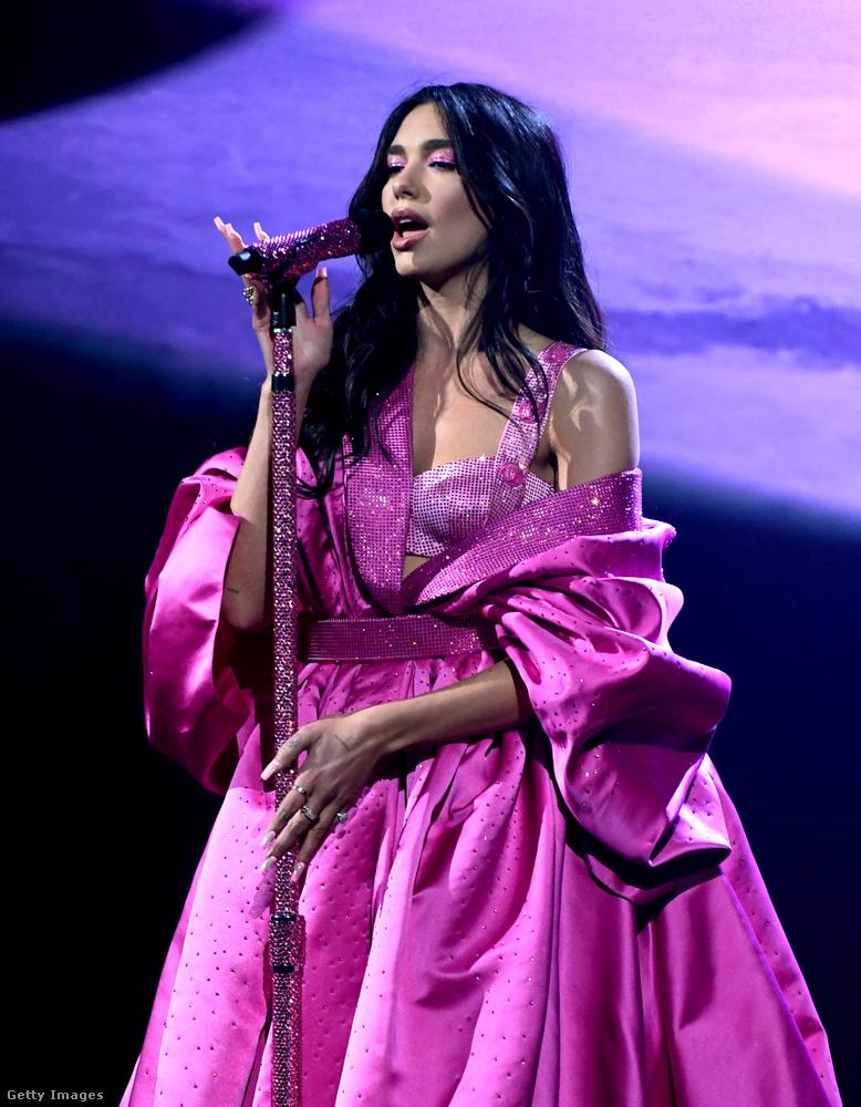Az énekesnő így állt színpadra,