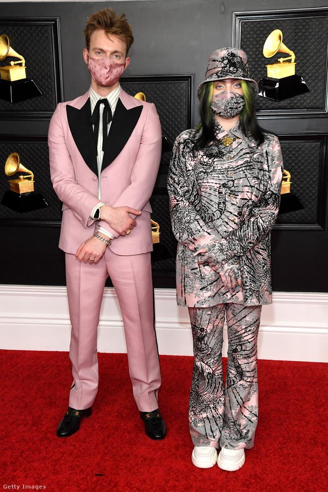 A tetőtől talpig ugyanolyanba öltözés kategóriájában Billie Eilisht is meg kell említeni, aki itt a testvérével (egyben producerével), Finneassal látható.