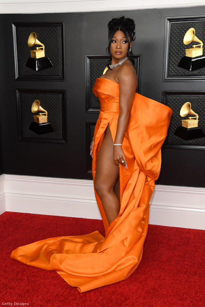 Aki egyrészt láthatóan bugyi nélkül viselte ezt a ruhát,