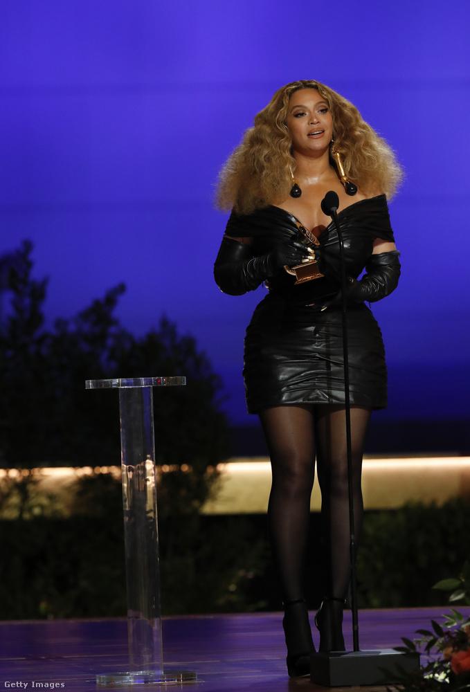 Beyoncé egy Schiaparelli Haute Couture miniruhában jelent meg