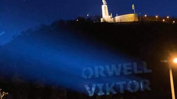 Orwell Viktor feliratot vetítettek a Gellért-hegyre