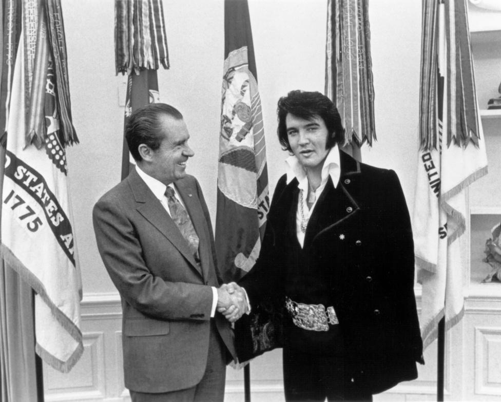 Az ötvenes években Elvis maga volt a lázadás, de a hetvenes évek elejére már annyira lecsillapodott, hogy Nixon nagy barátja lett. Ez persze nem példa nélküli a rockzene történetében, meggyilkolása előtt állítólag már John Lennon is Ronald Reagan híve volt.