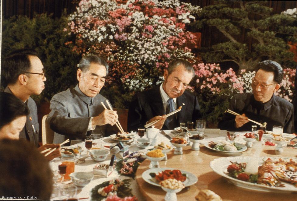 Szintén az újraválasztási kampány évében érte el legnagyobb külpolitikai áttörését. 1972-ben az egész világot meglepve az Egyesült Államok nyitott a Szovjetuniótól egyre inkább távolódó, egyben annak regionális riválisává váló Kínára. A politikai karrierjét kommunistafalóként kezdő Nixontól tényleg senki se várta volna, hogy egy kommunista nagyhatalommal barátkozzon. De Nixonnál az érdek mindig megelőzte az elveket, ebből a szempontból az amerikai történelem egyik legpragmatikusabb politikusa volt.