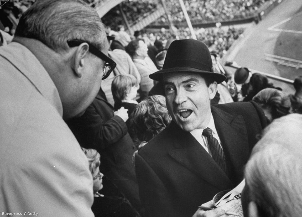"""A vereség nagyon megviselte Nixont, aki sok más amerikai politikushoz hasonlóan szeretett egyes szám harmadik személyben beszélni magáról. Ilyenkor a """"jó öreg Dick Nixonnak"""" nevezte magát, akit általában ki akartak csinálni. Ez történt vele az 1962-es kaliforniai kormányzóválasztáson is, amit az elnökválasztáshoz hasonlóan elbukott. Ekkor komolyan úgy tűnt, hogy visszavonul, de amikor 1963-ban már a New York Yankees meccsén fényképezték, sejteni lehetett, hogy nem ez lesz a helyzet."""