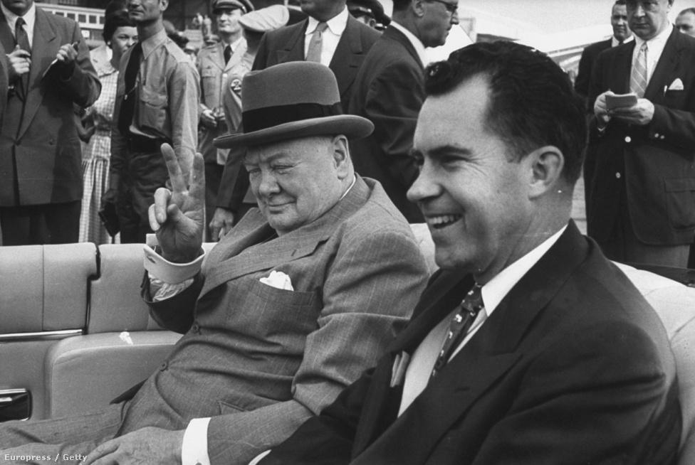 Richard Nixon másik nagy újítása az arculatépítő külföldi utazás volt. Bármikor, amikor hazájában gyalázták vagy támadták, világjáró körútra indult, hiszen az ötvenes-hatvanas években még egy egyszerű amerikai képviselőt is királyként üdvözöltek, pláne egy amerikai alelnököt. A képen például Winston Churchillel parádézik, igaz, kívételesen nem Londonban, hanem Washingtonban.