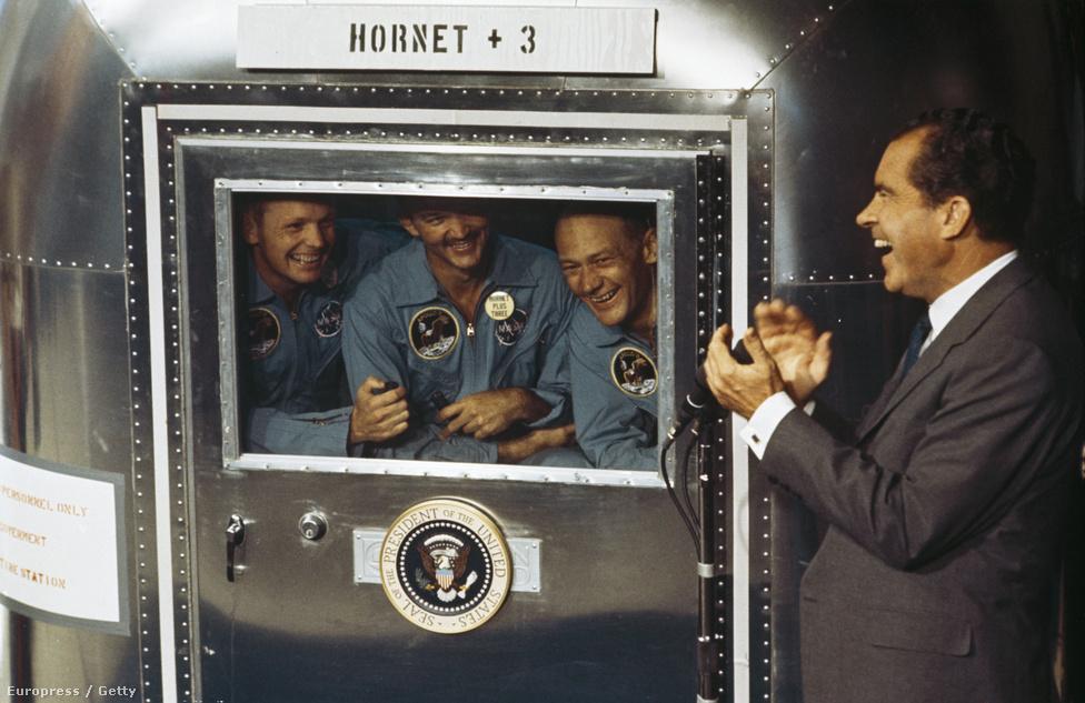 A sors különös fintoraként Richard Nixon üdvözölhette a Holdról hazatérő űrhajósokat. A Hold-programot valaha volt legnagyobb ellenfele, John F. Kennedy hirdette még meg.