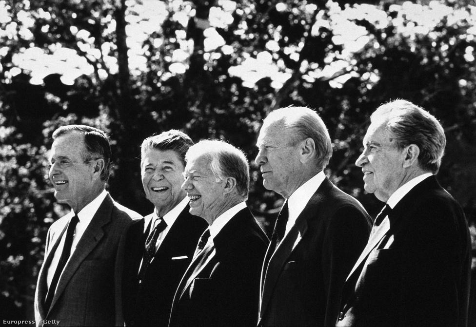 Ezen az 1991-es felvételen az éppen regnáló idősebb Bush négy, akkor még élő elődje társaságában látható. A képen szereplők közül már csak a balról első Bush és a középső Jimmy Carter van életben, Ronald Reagan, Gerald Ford és Nixon időközben elhunytak. A kép a Ronald Reagan elnöki könyvtár megnyitóján, a Watergate-botrány óta visszavonultan élő Nixon ritka nyilvános szerepléseinek egyikén készült. Lemondása után a büntetőjogi felelősségvonást megúszta, miután az elnökként őt követő Ford az ország és a Nixon-család érdekeire hivatkozva megbocsájtott neki minden esetleges bűncselekményt, amit elnökként elkövetett. Úgy hírlik, Ford később gyakran hangoztatta ismerőseinek, hogy a pokolra fog jutni ezért a tettéért.