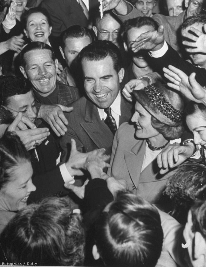 A csóróként felnőtt Nixonban hatalmas gyűlölet munkálkodott. Utált mindenkit, aki beleszületett a jóba, gyűlölte a filantróp gazdagokat. Így amikor 1946-ben politikai pályára lépett, keresve se találhatott volna jobb ellenfelet magánál a kaliforniai 12-es körzet kékvérű képviselőjénél, Horace Jeremiah Voorhisnél, akit az amerikai történelem valaha volt legbecsületesebb képviselőjeként tartanak nyilván. Nixon simán a földbe döngölte, és ezzel elindult villámkarrierje. Négy évvel később már Kaliforina egyik szenátora lehetett, rá két évre pedig már a háborús hős Eisenhower alelnöke.