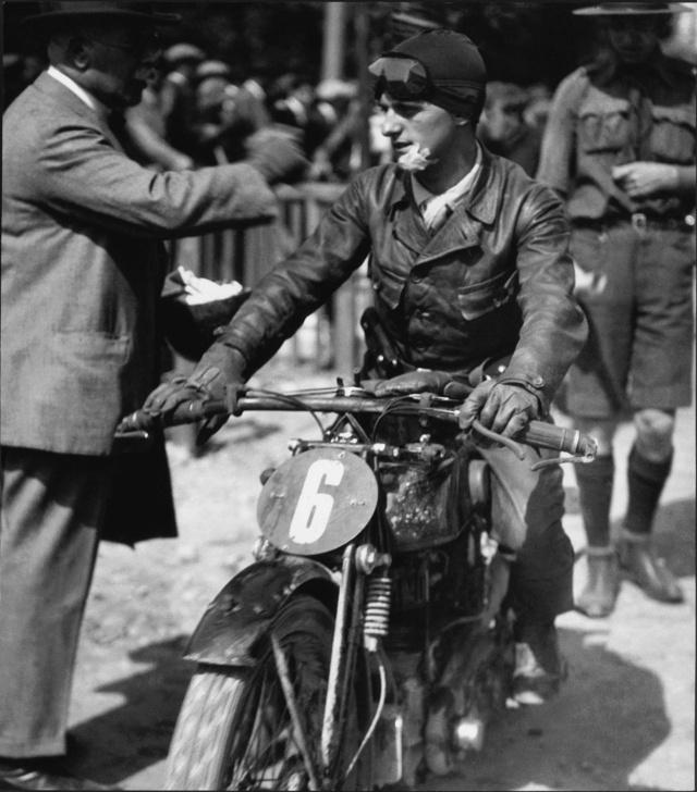 Sérülten a célban az 1928-as Magyar TT-n a 350-es AJS-szel                         (Fotó: Motor+Aero Archiv)