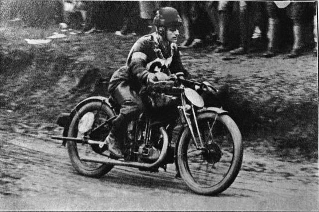 A sváb-hegyi versenyen 1926-ban a 350-es AJS-szel