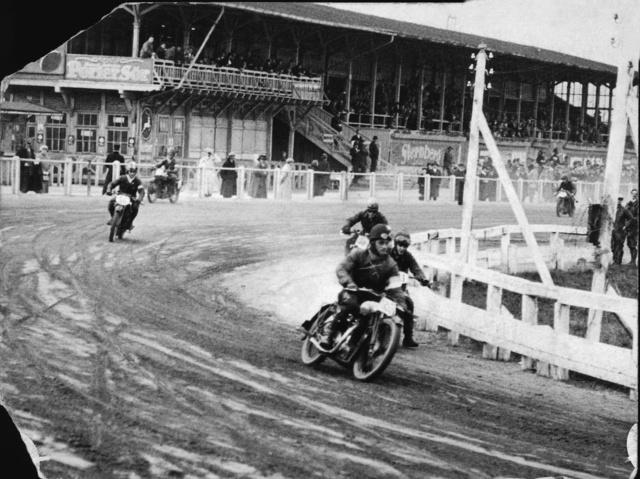 A régi ügetőpályán, 1926-ban. Urbach mögött Zamecsnik Tivadar