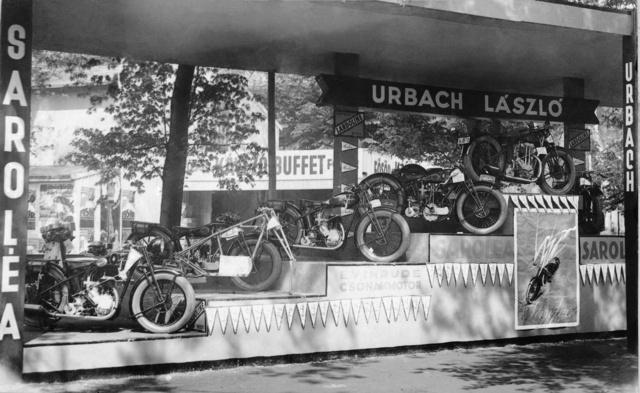 Az első önálló kiállítás 1930-ban a Nemzetközi Vásáron