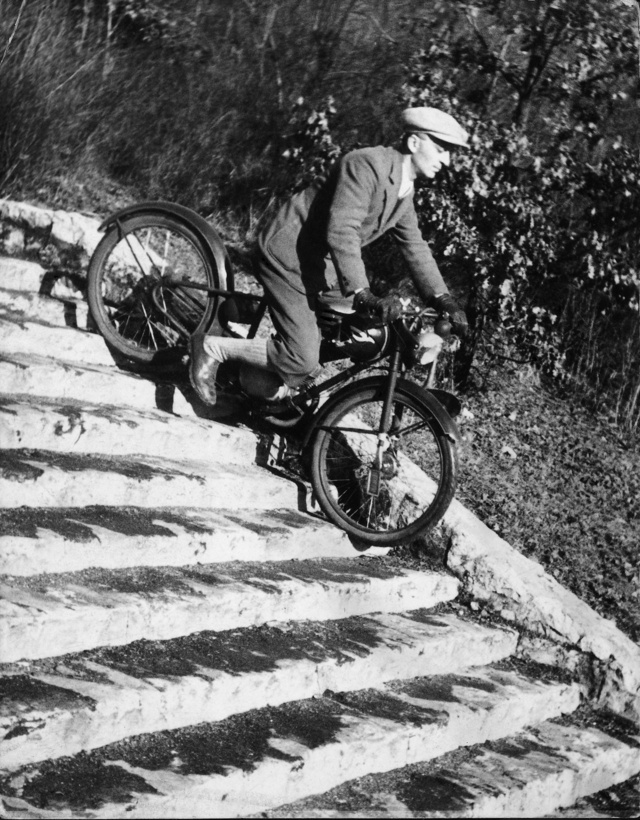 Urbach László a János-hegyi kilátó lépcsőjén teszi próbára motorkerékpárja teleszkópját