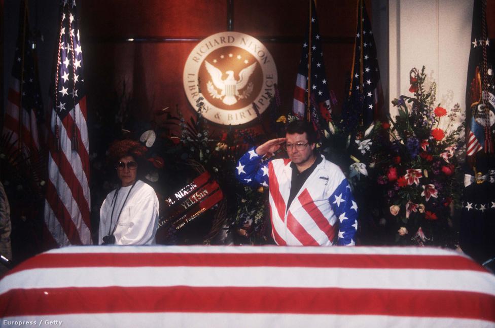 Nixon 19 éve, 81 éves korában hunyt el. Bár dicstelenül távozott az elnökségből, így is kijárt neki az elnöki tiszteletadás. És azért maradtak tisztelői is, egyikük éppen szalutálva búcsúzik tőle.