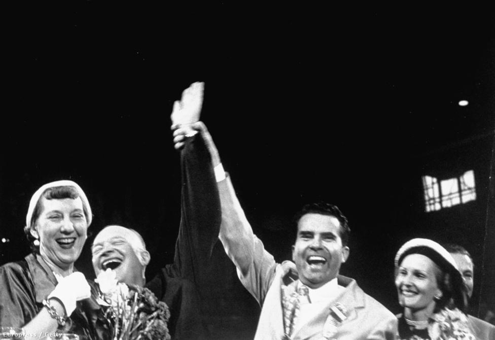 De Nixon aligha lehetne az amerikai politikatörténet tán legsötétebb figurája (az első helyet ez a szerkesztőség még mindig Robert Kennedynek tartja fenn), ha az alelnöki jelöléshez nem fűződne egy igazán jó sztori. A képen ugyan még az ünneplés pillanatai láthatók az 1952 júliusi alelnöki jelölése után, de alig két hónappal később Nixon politikai pályája romokban hevert. Kiderült ugyanis, hogy az előző két évben utazásait kriptofasiszta üzletemberek finanszírozták. Ez ugyan a kor normái szerint még csak etikátlannak se számított, nemhogy törvénytelennek, ellenfelei két hónap alatt a földbe döngölték Nixont. Aki válaszul szeptember 23-án előadta a tökéletes bűnbánatot. Félórás televíziós beszédének csúcsán még a család spánielje, Checkers (Dáma) is megjelent, aki így Gyurcsány Ferenc Totó kutyájának előképének is tekinthető.