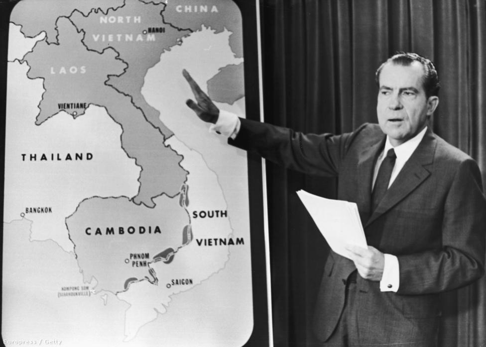 """Nixon elnökségének, sőt, egész politikai pályafutásának egyik meghatározó momentuma volt a vietnami háború. Ezt többször is saját céljaira használta, 1968-ban például a dél-vietnami kormány részben az ő lobbizása miatt utasította el a békeajánlatot. Nixonnak ugyanis nagyon rosszul jött volna, ha Lyndon B. Johnson elnök az elnökválasztás előtt váratlanul lezárja a háborút. A békekötésre így négy évvel később, Nixon újraválasztási kampánya idején került csak sor. A kép 1970-ben készült, ebben az időben Nixon inkább Észak-Vietnam elárasztásán gondolkodott. Külügyminiszterét, Henry Kissingert faggatta, hogy mennyi áldozattal járna, ha az áradások idején lebombáznák a Mekong gátjait. Kissinger félmilliós válaszát keveselve az atombomba bevetéséről érdeklődött. """"Az úr szerelmére, azt akarom, hogy nagyban gondolkodj, Henry!"""" - szólt rá látva habozását."""