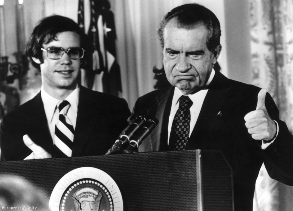 Futólag már említettük, hogy az 1972-es választási győzelem nemcsak Nixon elnöki teljesítményének elismerése volt. A Kennedykkel folytatott harcokban edződött Nixon a titkosszolgálatot is bevetette a demokrata jelöltek ellehetetlenítésére. Nem válogattak a módszerekben, hamisítottak levelet is, és lehallgatták a demokraták központi irodáit. Bár ez nem menti fel a felelősség alól, annyit azért megjegyeznénk, hogy Robert Kennedy se használta másra az FBI-t és a CIA-t. Az elnök végül sok tagadás és hazugság után, az amerikai történelemben elsőként és egyedüliként lemondásra kényszerült. A fényképész a lemondás utáni pillanatot örökítette meg.