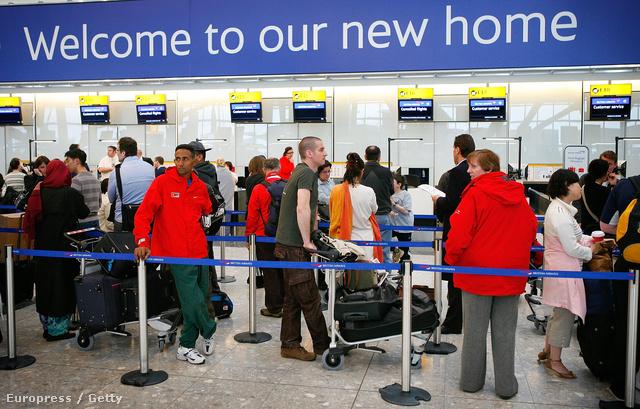 """""""Üdvözöljük új otthonunkban"""" - felirat London Heathrow repülőterén"""