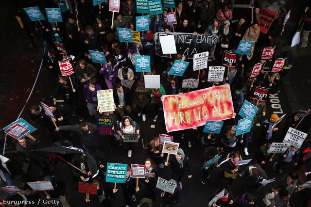 Demonstráció a tandíj ellen Londonban