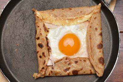 Reggeli hajdinapalacsintából, tojással és sajttal: ez a galettes bretonnes