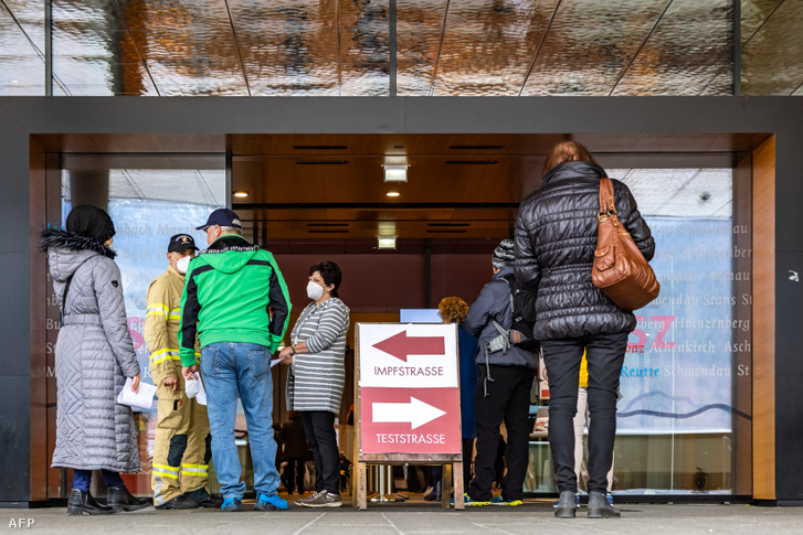 Emberek sorban állnak egy ausztriai oltó- és tesztelőpontnál 2021. március 11-én