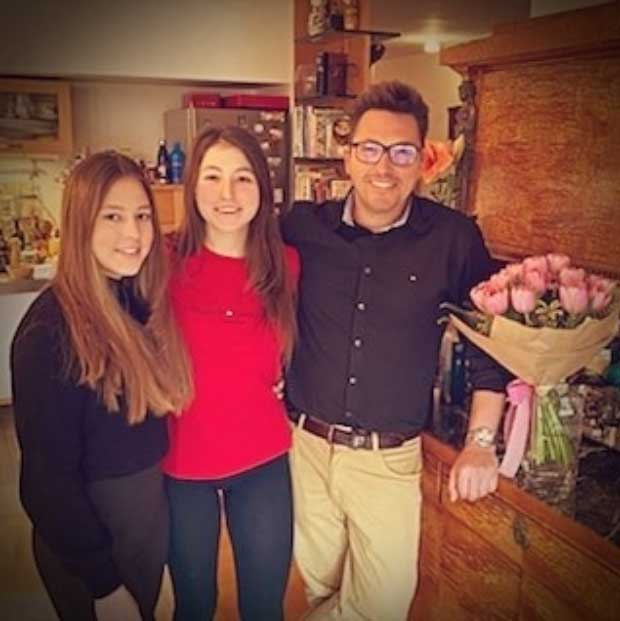 Ákos és családja nemcsak március 15-ét, hanem Anna 19. és Kata 16. születésnapját is ünnepelte a hosszú hétvégén.