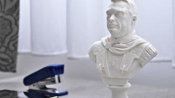 Már Orbán Viktort római császárként mutató szobrot is lehet kapni 4900 forintért