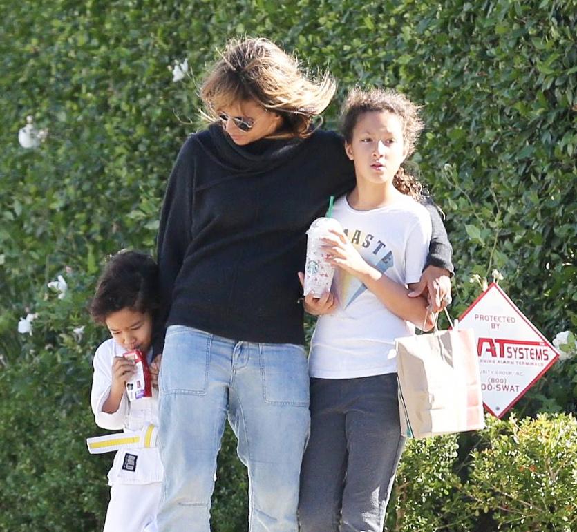 A színésznőt és gyerekeit utoljára 2018 decemberében kapták lencsevégre Beverly Hills utcáin.