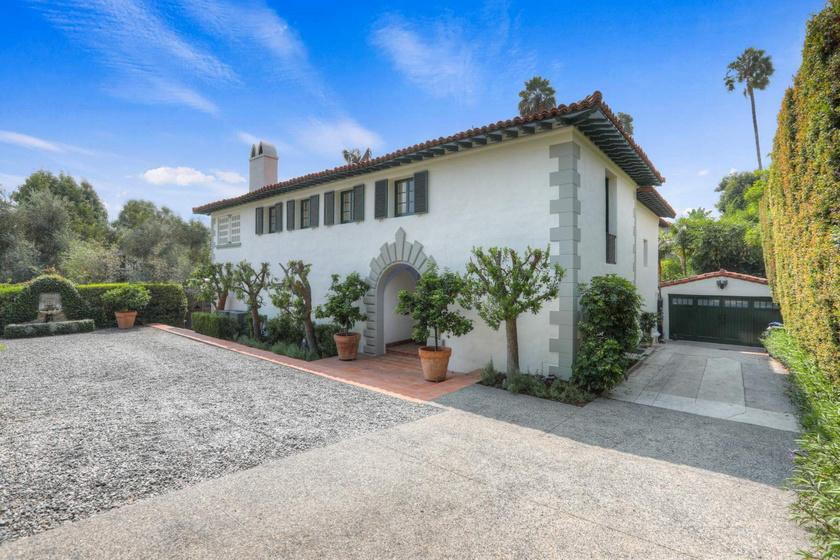 A mediterrán stílusú ház 1927-ben épült. A rendezett és letisztult kertben a két férőhelyes garázson túl sós vizes medence is helyet kapott.