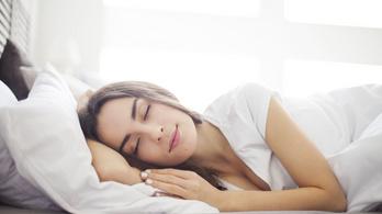 Az ágyban fekvőt figyeli a Google Nest 2