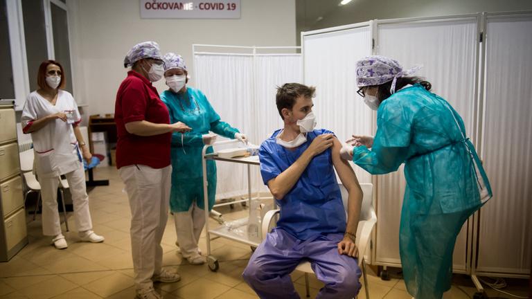 Hogyan kezelik a járványt a szomszédos országokban?