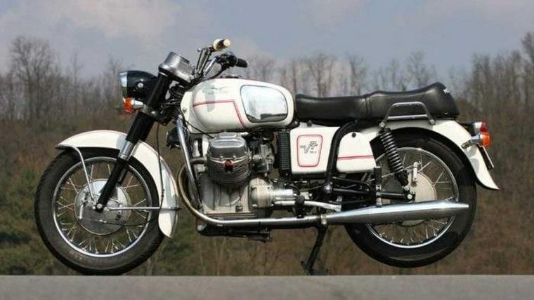 Moto Guzzi V7 700 (1967.)                         A japán motorgyártás miatt a Guzzi eladásai csökkentek, így a kieső bevételeket autóipari beszállítóként próbálták pótolni